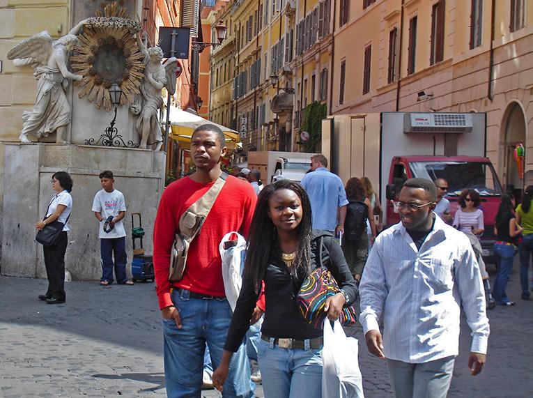 Shopprs at the Via Dei Condotti, Rome Attractions